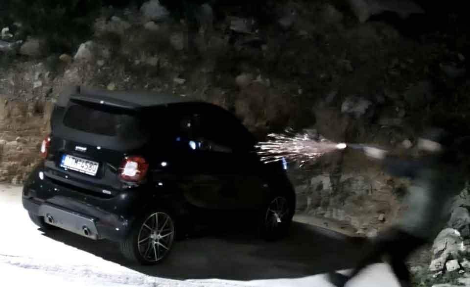 Kesilen video görüntüsünde saldırganın araçtan çıkıp kaçmaya çalışan mafya babasını vurduğu anlar görülmüyor.