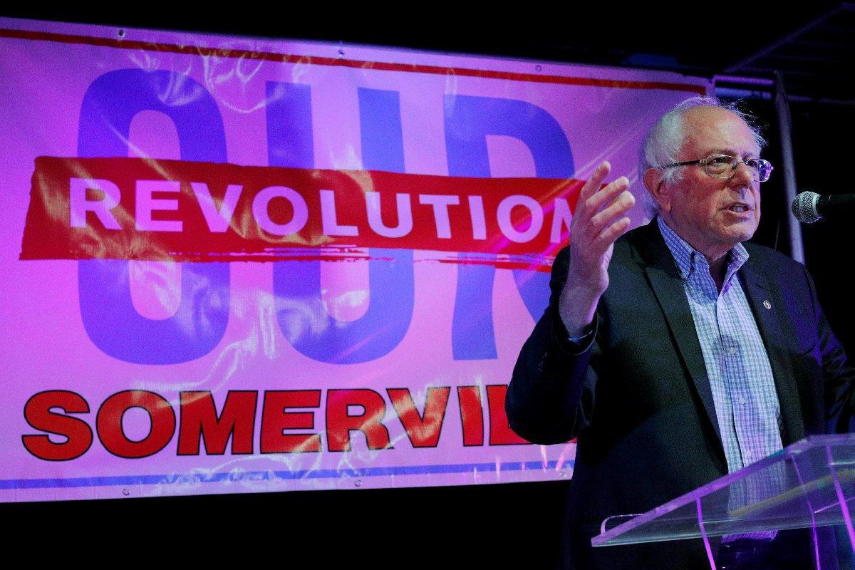 ABD Başkanlık seçimleri öncesinde Demokratlar'ın aday adayı olan Sanders, rakibi Hillary Clinton'a adeta kök söktürmüştü.
