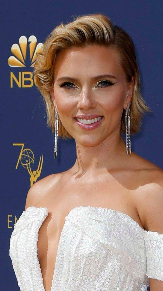 Bir diğer masrafsız oyuncu ise Scarlett Johansson... Güzel yıldız tonik olarak elma sirkesi kullanıyor. Sirkenin antibakteriyel etkisinden faydalanan Scarlett'ın porselen cildine bakılırsa, kendine aknelere karşı etkili bir müttefik bulmuş...