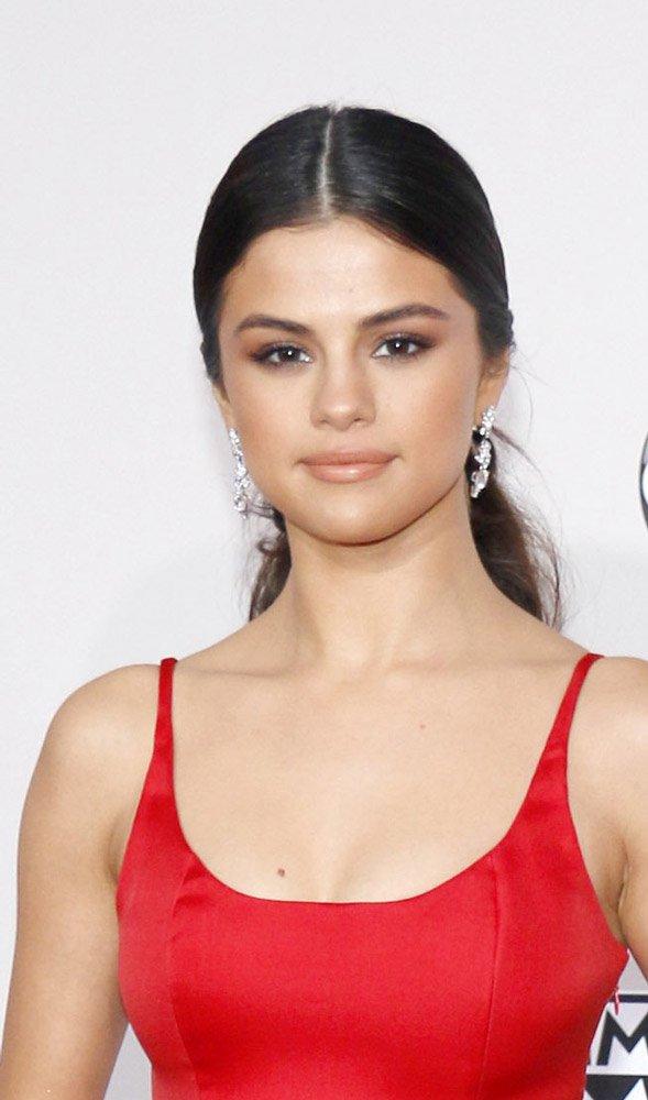 Genç şarkıcı Selena Gomez ter yatağı olmadan neredeyse sokağa çıkmıyormuş. Hatta her gittiği yere de taşıyormuş. Çünkü bu ter yatağında 45 dakika yatarak vücudundaki toksinlerden arınıyormuş. Üstelik bu uygulama vücudu da inceltiyormuş.