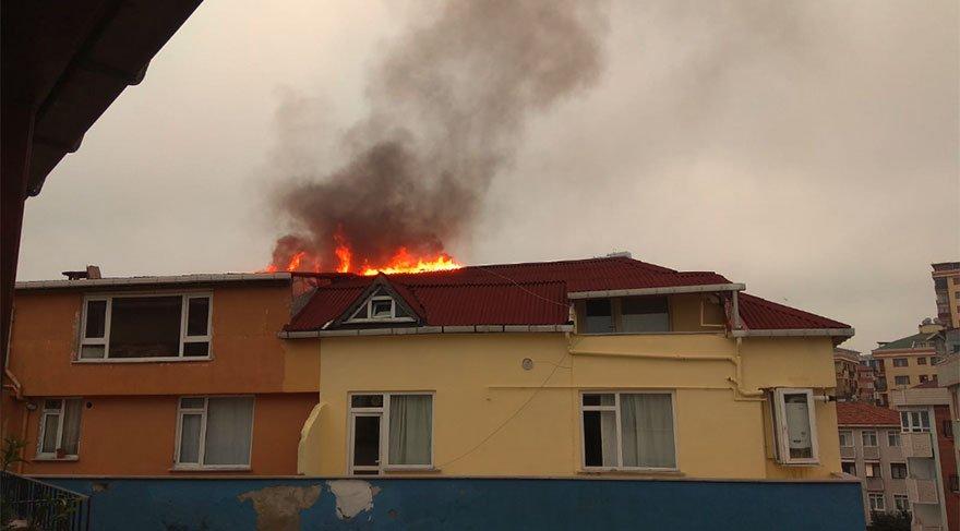 Çatıda çıkan yangın kontrol altına alındı. DHA