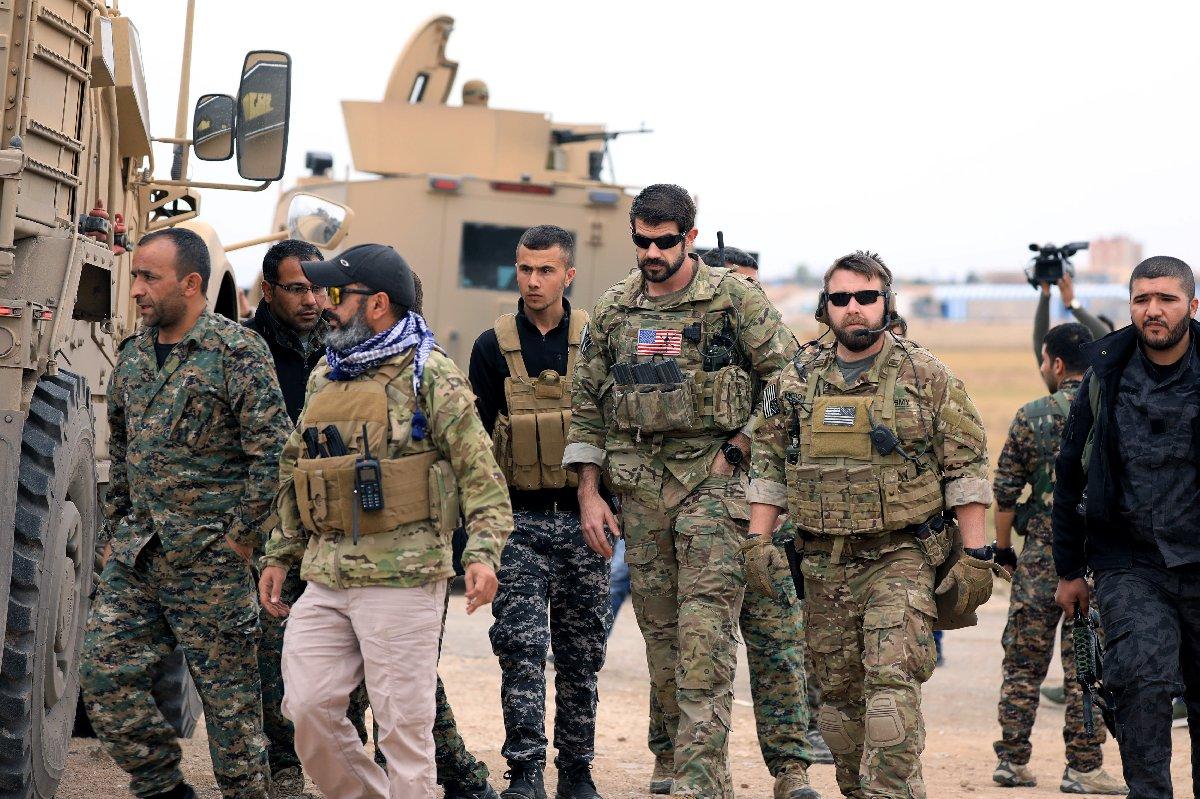 Geçen hafta uluslararası ajansların servis ettiği fotoğraflarda ABD'li askerler ile terör örgütü PKK'nın uzantısına bağlı kişiler devriye yaparken görüntülenmişti.