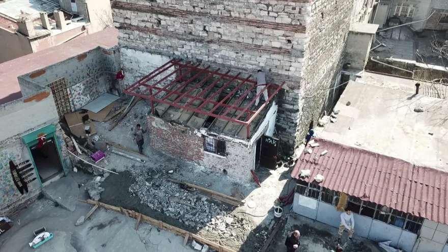 Kulenin yanına yapılan inşaatın demirleri tarihi yapıya sabitlendi. Foto: DHA