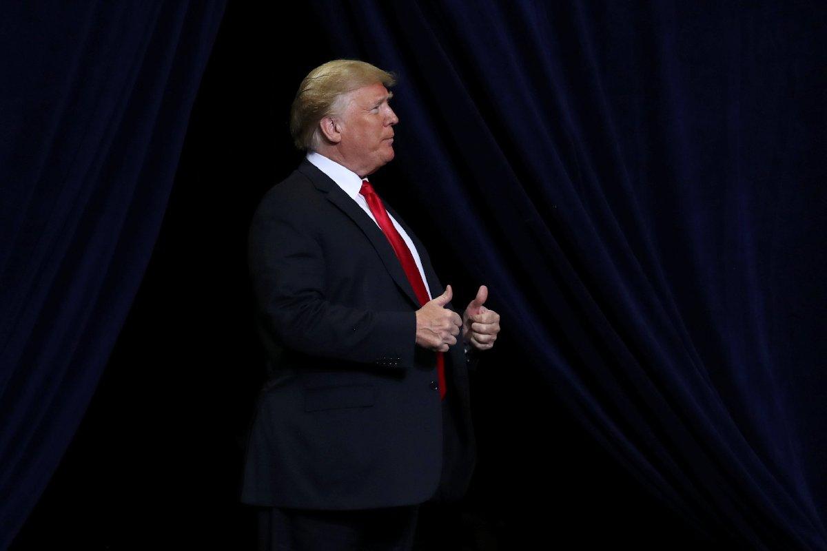 Trump, kritik seçim öncesinde mitinge devam ediyor.