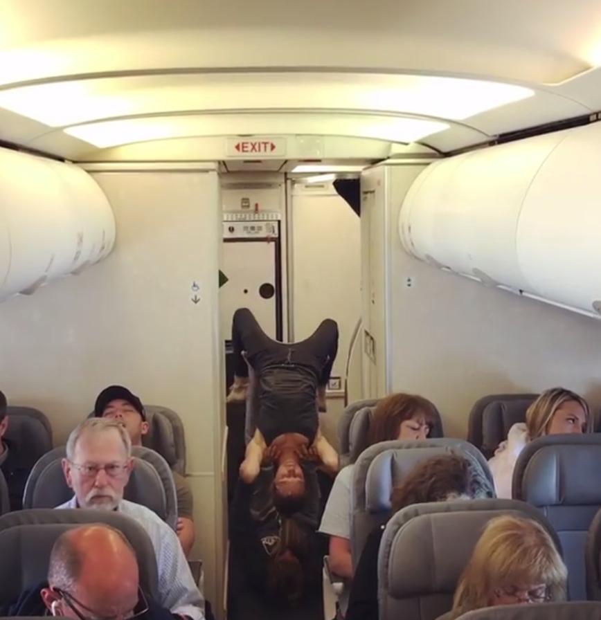 Uçakta çekilen görüntüler tartışma başlattı.