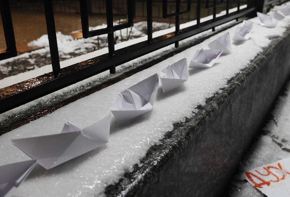Göstericiler kağıttan gemilerle Rusya'nın tavrını protesto etti. Reuters