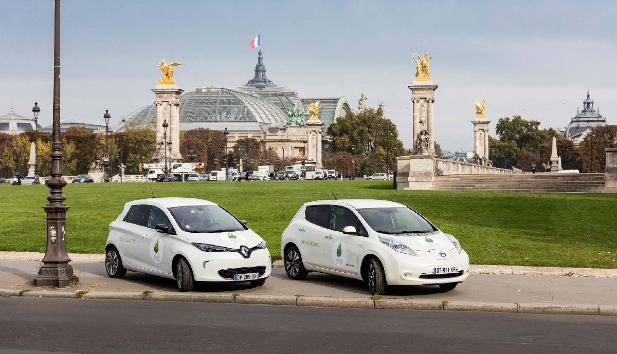 web-renault-zoe-and-nissan-leaf-in-front-of-grand-palais-in-paris-credit-olivier-martin-gambier