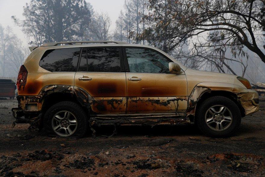 Yangının arabaları bile erittiği çekilen fotoğraflarla ortaya koyuldu. Reuters
