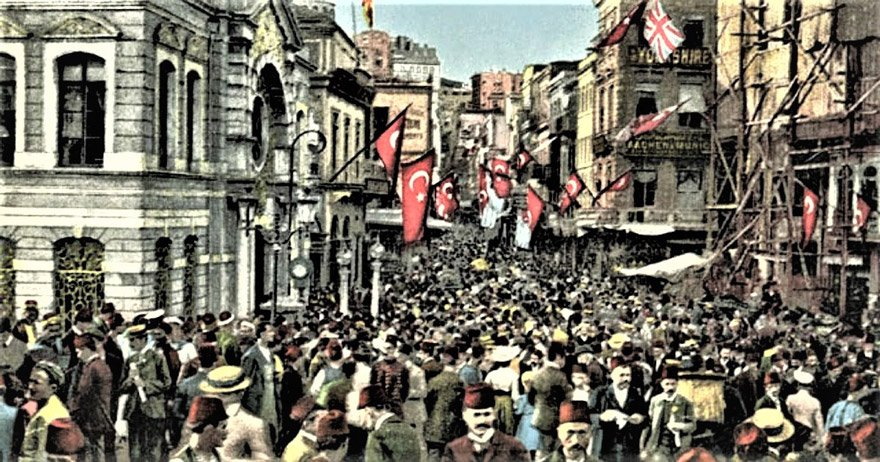 1908'de İkinci Meşrutiyet'in ilanı halkta büyük bir coşku yarattı.