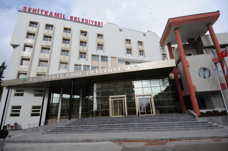 Şehitkamil Belediyesi'nin yaptığı araç kiralamalarının AKP'ye yakın kuruluşlardan yapılması dikkat çekiyor. Ayrıca, araç kiralanan şirketlerin yönetiminde Şehitkamil Belediyesi Başkan yardımcıları da yer alıyor.