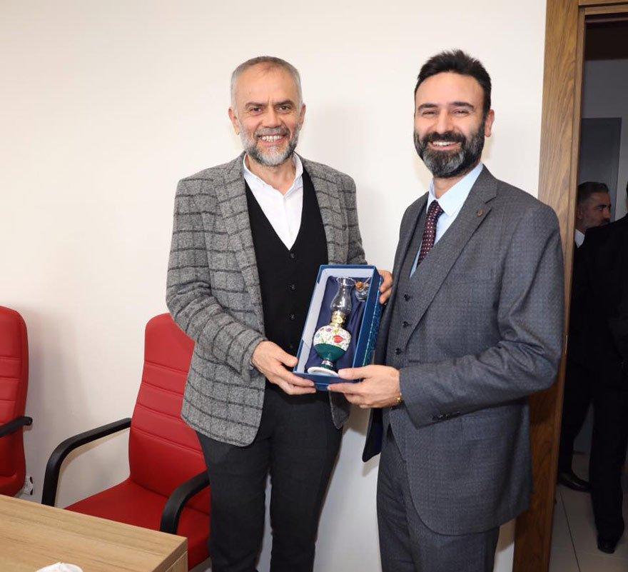 Ahmet Poyraz bol bol hediye dağıtıyor.