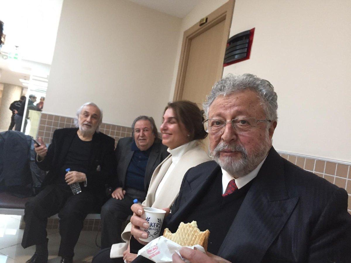 Cumhurbaşkanı'na hakaretle suçlanan Gezen adliyeye avukatı Celal Ülgen'le geldi. Sağlık problemleri bulunan Akpınar'ın yanında ise doktoru vardı. Akpınar çay ve tostla kahvaltı yaptı.