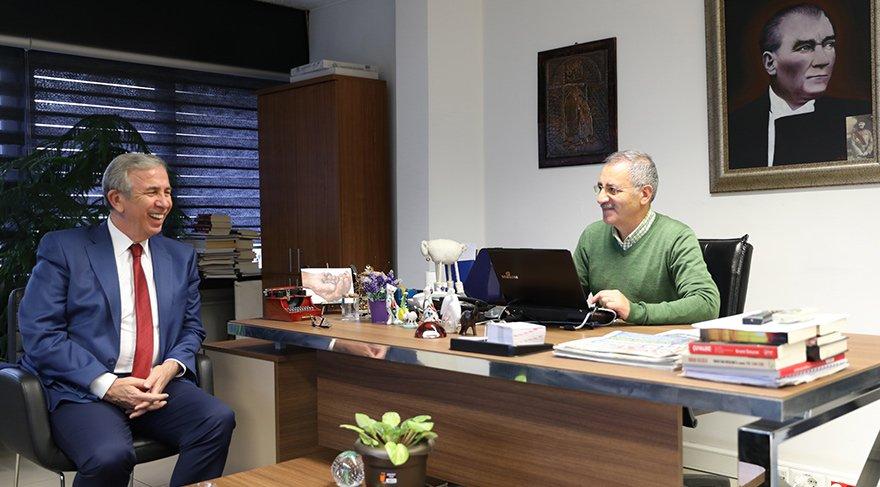 """HERKESİN OYUNA TALİBİM Saygı Öztürk'e konuşan Ankara Büyükşehir Belediye Başkan adayı Mansur Yavaş, """"Herkesin oyuna talibim. AKP'lilerden de oy isteyeceğim. Hatta, Mehmet Özhaseki ile bir araya geldiğimizde de oy isteyebilirim"""" dedi."""