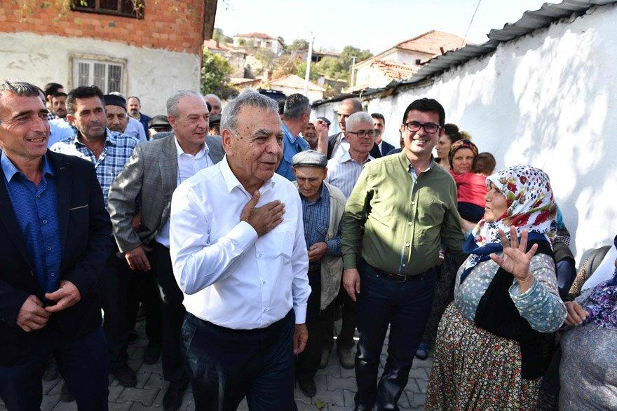 """KÖY KÖY GEZİYORUM İzmir'de 'teşekkür' turları düzenleyen Kocaoğlu, """"Köy köy geziyorum. Partimiz için de her yere giderim, her kapıyı açarım"""" dedi."""