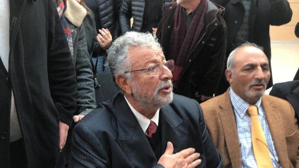 FOTO:SÖZCÜ - Metin Akpınar savcılık sorgusunun ardından vatandaşlarla sohbet etti.