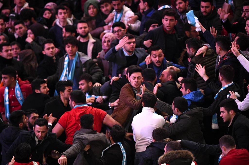 FOTO:DHA - AKP'liler yer tartışması yüzünden birbirlerine girdi.