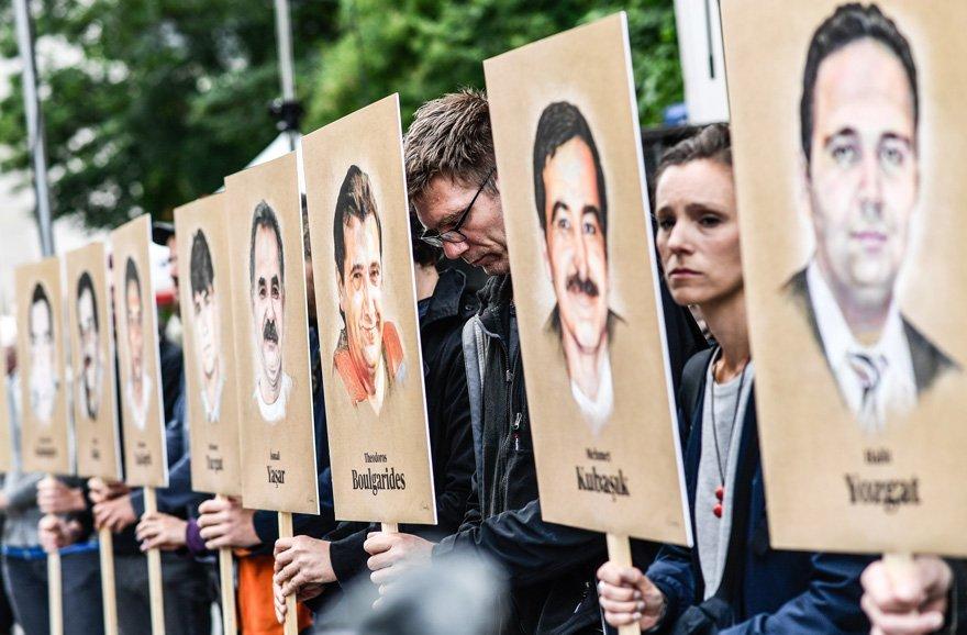 Beate'nin duruşması önünde protesto gösterileri düzenlenmiş ve hayatını kaybedenler anılmıştı.