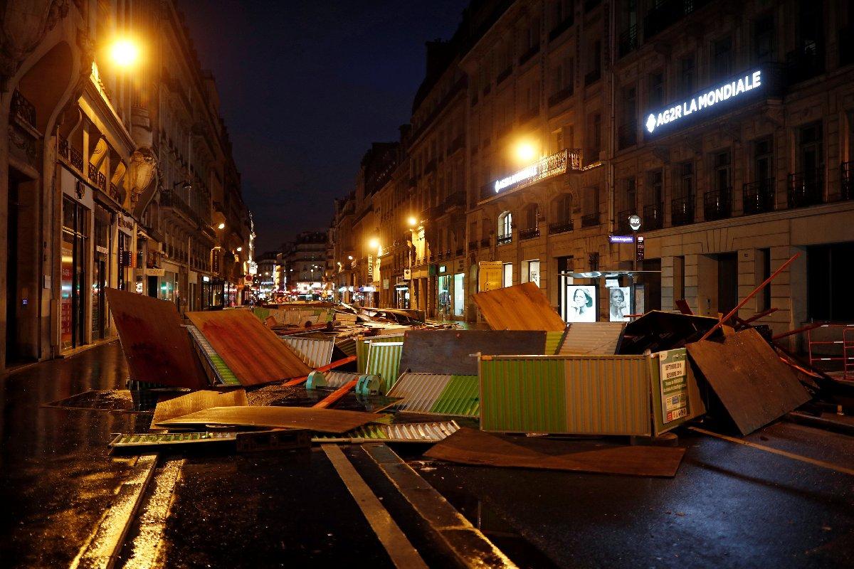 Göstericiler, Paris'in işlek caddelerine barikat kurdu.