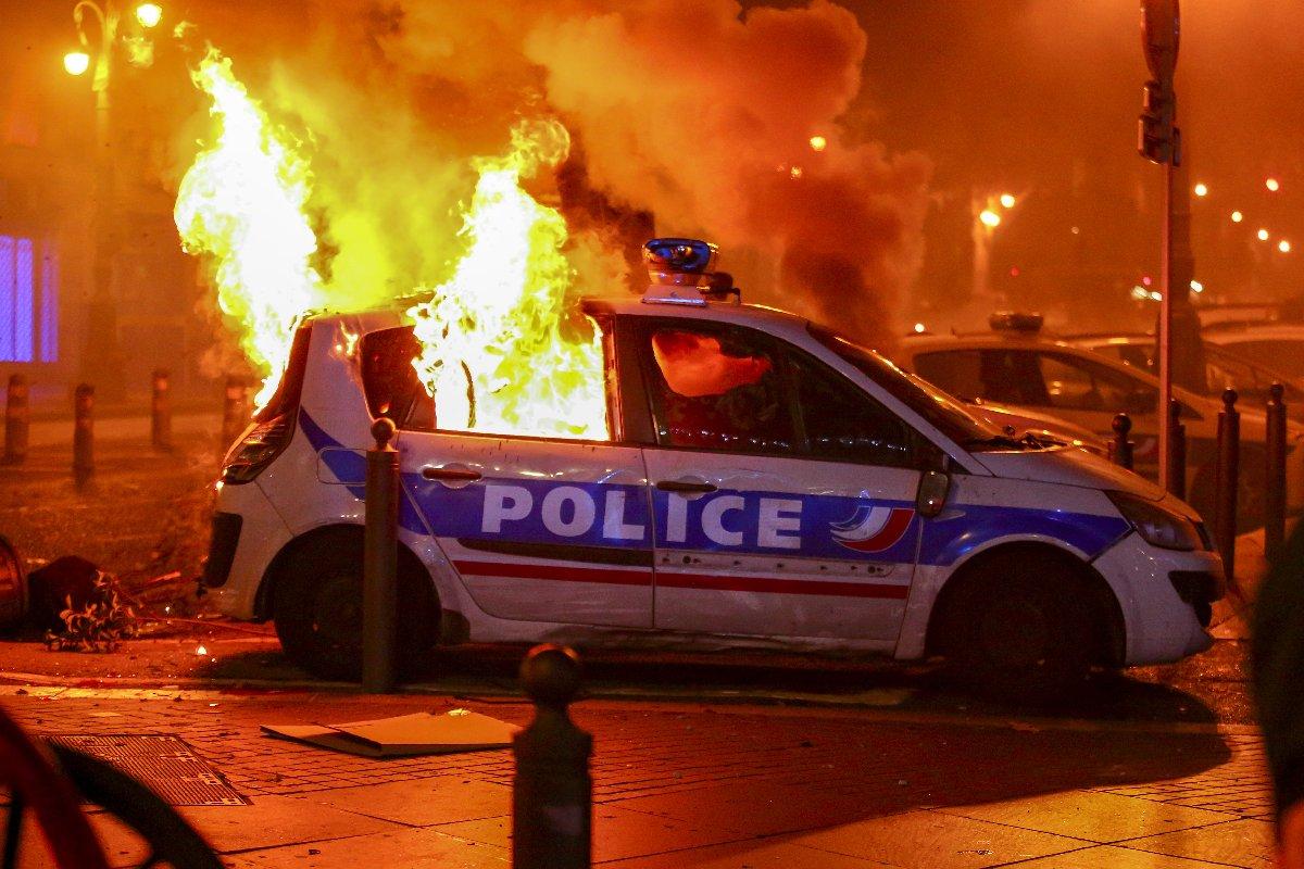 Göstericiler Marsilya'da polis araçlarını yaktı.