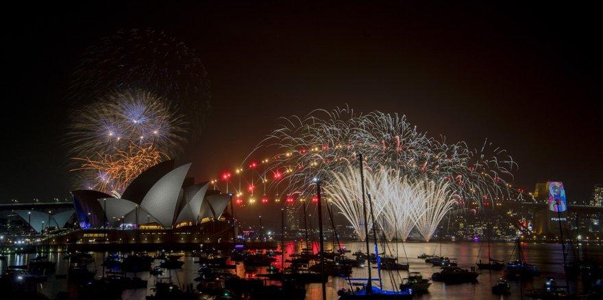 Avustralya'nın en ikonik binalarından Opera Binası'nda kutlamada yaklaşık 5 ton havai fişek ve maytap kullanıldı.