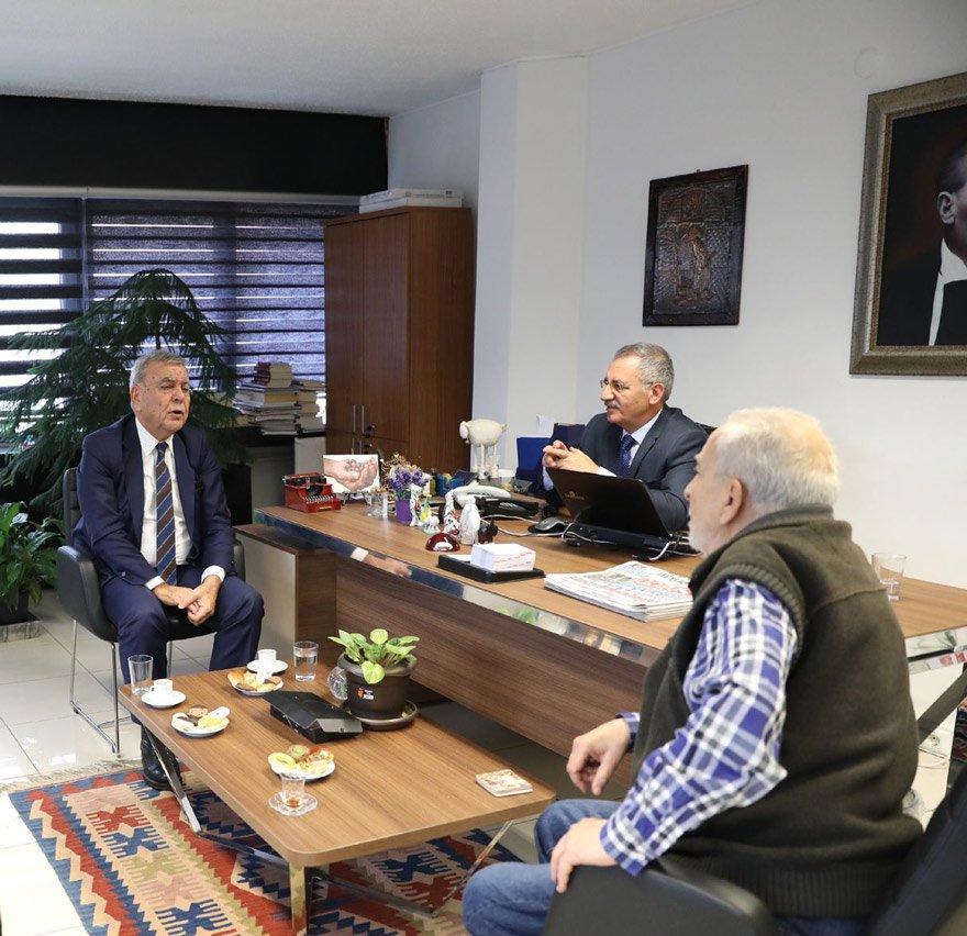 """'KARARIM DEĞİŞMEYECEK, ADAY DEĞİLİM' CHP'li Aziz Kocaoğlu, SÖZCÜ'nün Ankara Bürosu'nu ziyaret etti. Ankara Temsilcimiz Saygı Öztürk, yazarlarımız Emin Çölaşan ve Deniz Zeyrek ile Ankara Haber Müdürü Emin Özgönül ile bir araya geldi. Kocaoğlu, """"Yeniden aday olmam"""" dedi. Fotoğraf: Yavuz ALATAN/SÖZCÜ"""