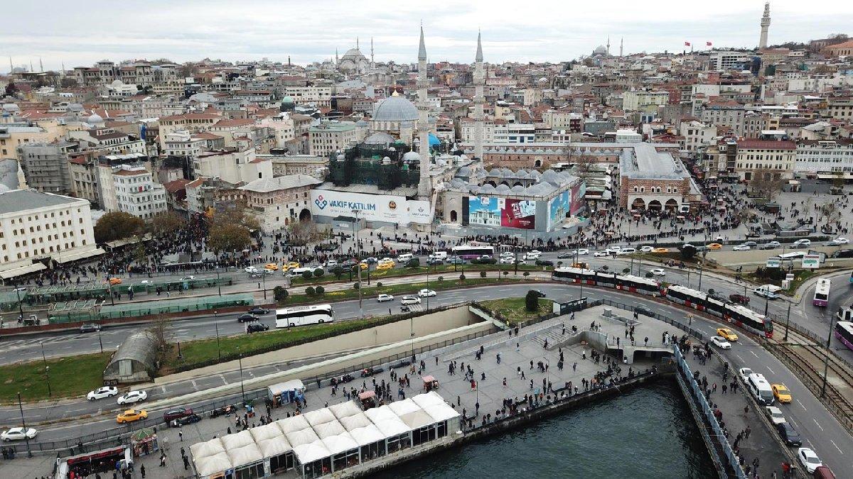 Bu yılki büyük ikramiye için Eminönü'nde kuyruğa giren binlerce vatandaş böyle görüntülenmişti