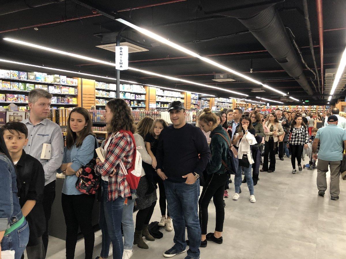 Okurlar kitaplarını Özdil'e imzalatmak için kuyrukta. 4.11.2018-Balıkesir/Fotoğraf: DHA
