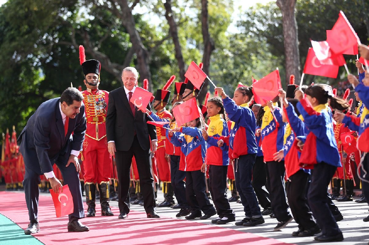 Bayrağı fark eden Maduro, bu konuda hassasiyeti bilinen Erdoğan'dan önce eğilerek bayrağı aldı.
