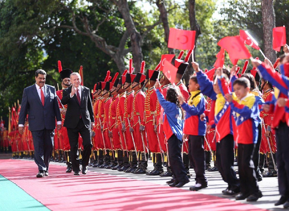 Erdoğan ve Maduro'yu ellerinde Türk bayrakları olan çocuklar karşıladı.
