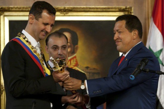 Eski Venezuela lideri Chavez, Esad'a kılıcı takdim ederken.