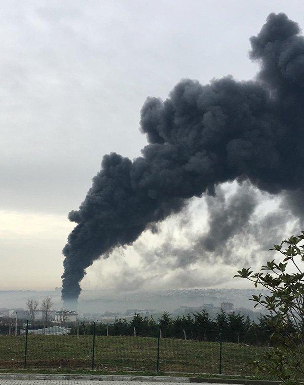 Fabrikadan yükselen dumanlar gökyüzünü kapladı
