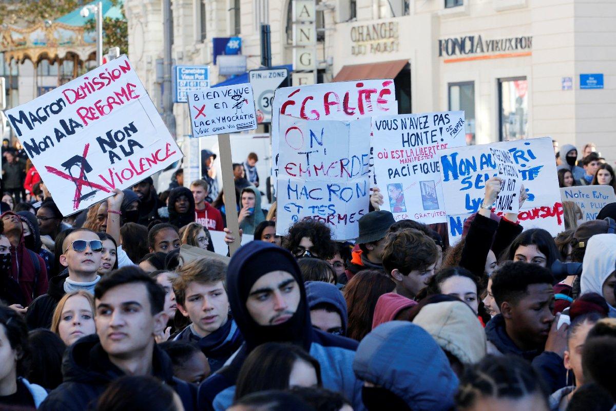 Fransa'nın farklı kentlerinde öğrenciler sokağa çıktı.
