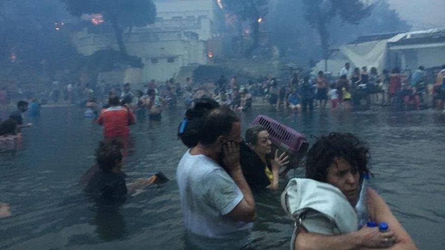 Yunanistan'ın başkenti Atina yakınlarındaki yazlık bölgede başlayan yangın kısa sürede bütün bölgeyi etkisi altına aldı. Yaşlıların yoğunlukta olduğu bölgede insanlar yangından kaçmak için denize atladı.