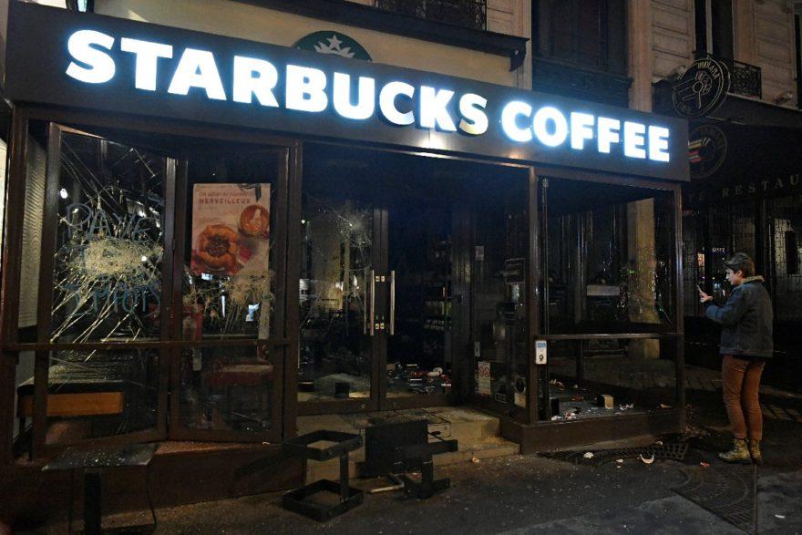 Paris'te dükkanlar yağmalanıyor. Reuters