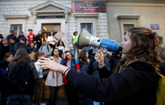 Öğrenciler de Paris'te eylem yaptı.