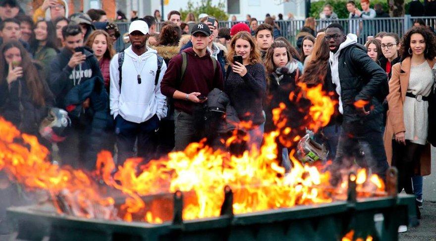 Öğrenciler, bir çok okulu işgal etti. 300'den fazla okulda öğrenim yapılamadı. Polis araçları ve çöp konteynerleri yakılırken, ajanslar böyle fotoğrafları paylaşıyor.