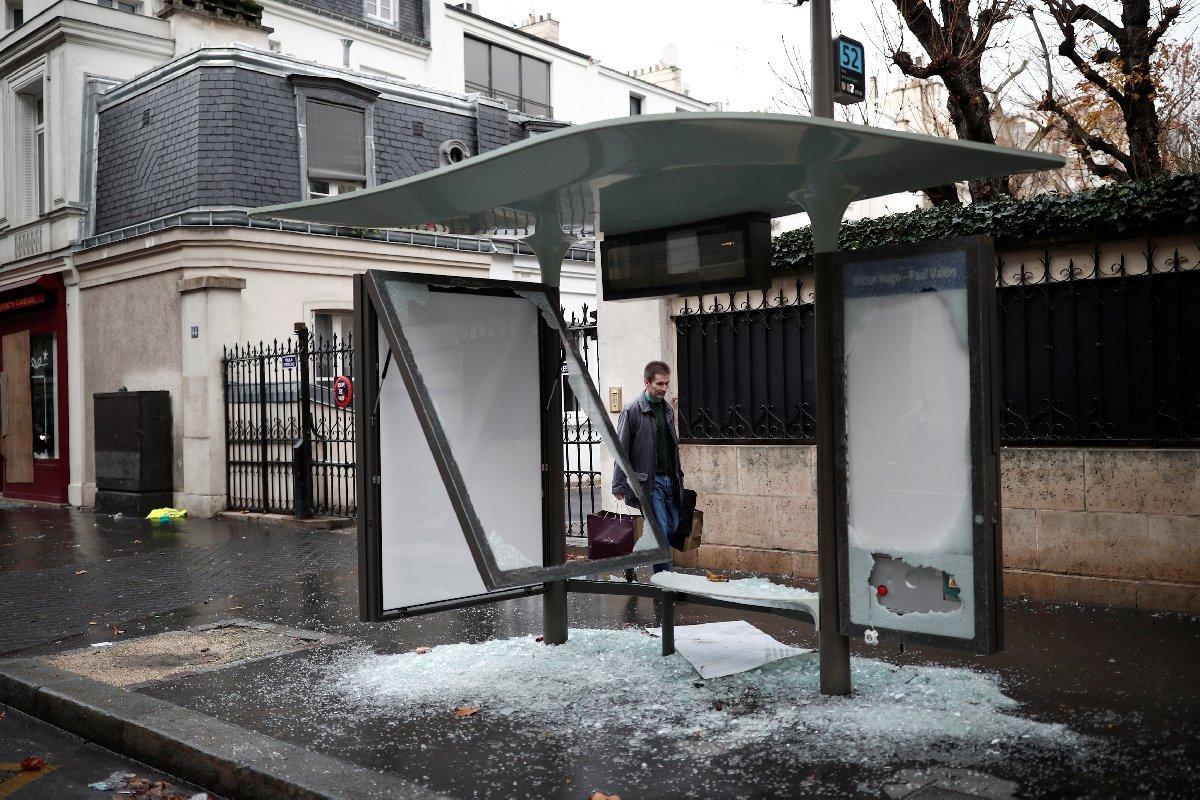 Göstericiler çok sayıda otobüs durağı ve vitrini parçaladı.