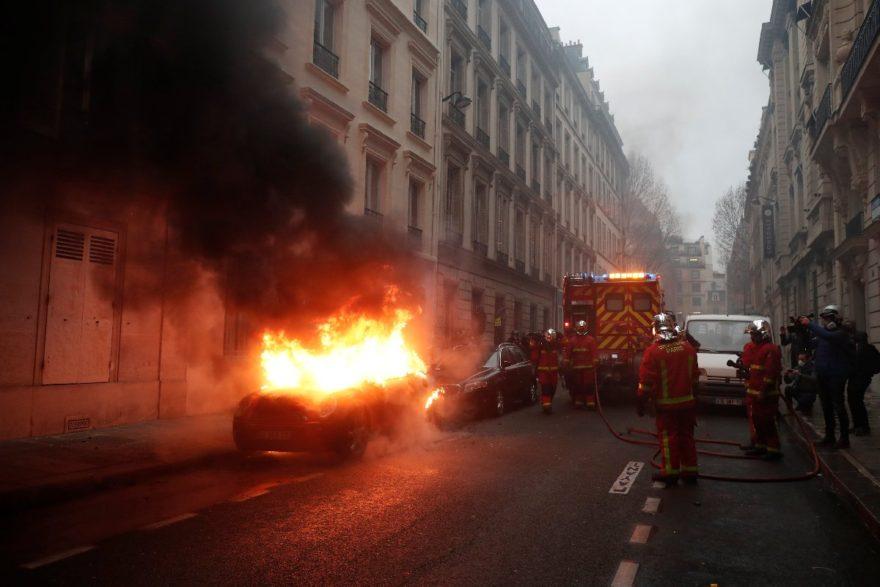 Yakılan araçlara itfaiye ekipleri müdahale ediyor. Reuters