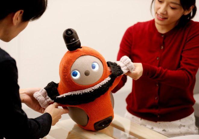 Robota farklı kıyafetler giydirilebiliyor.