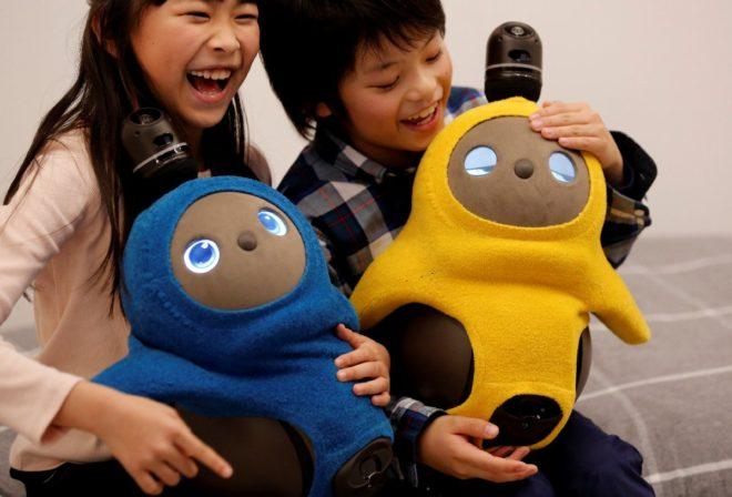 Robota çocuklar yakın ilgi gösterdi.