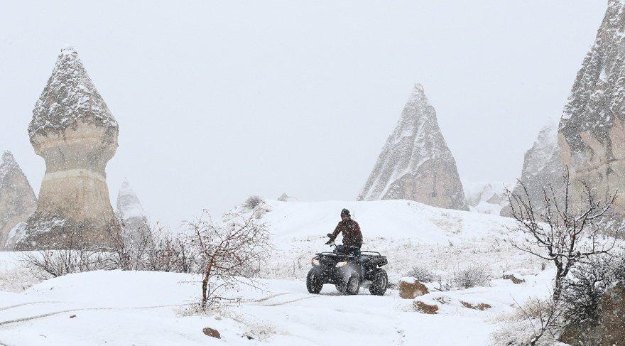 Türkiye'nin önemli turizm merkezlerinden olan Kapadokya bölgesinde gece saatlerinde başlayan kar yağışı peribacalarını beyaza bürüdü.
