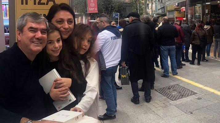 Yılmaz Özdil'e Kadıköy'de sevgi seli