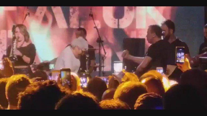 Haluk Levent konserinde yaşlı kadın sahneye fırlayarak dans etti! Süper babaannenin sırrı da ortaya çıktı