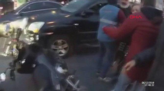 Motosikletliye 'coplu saldırı' kamerada