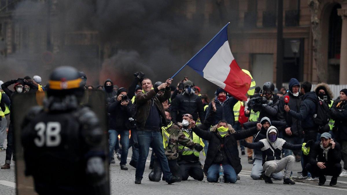 Fransız göstericiler Apple'ı yağmaladı