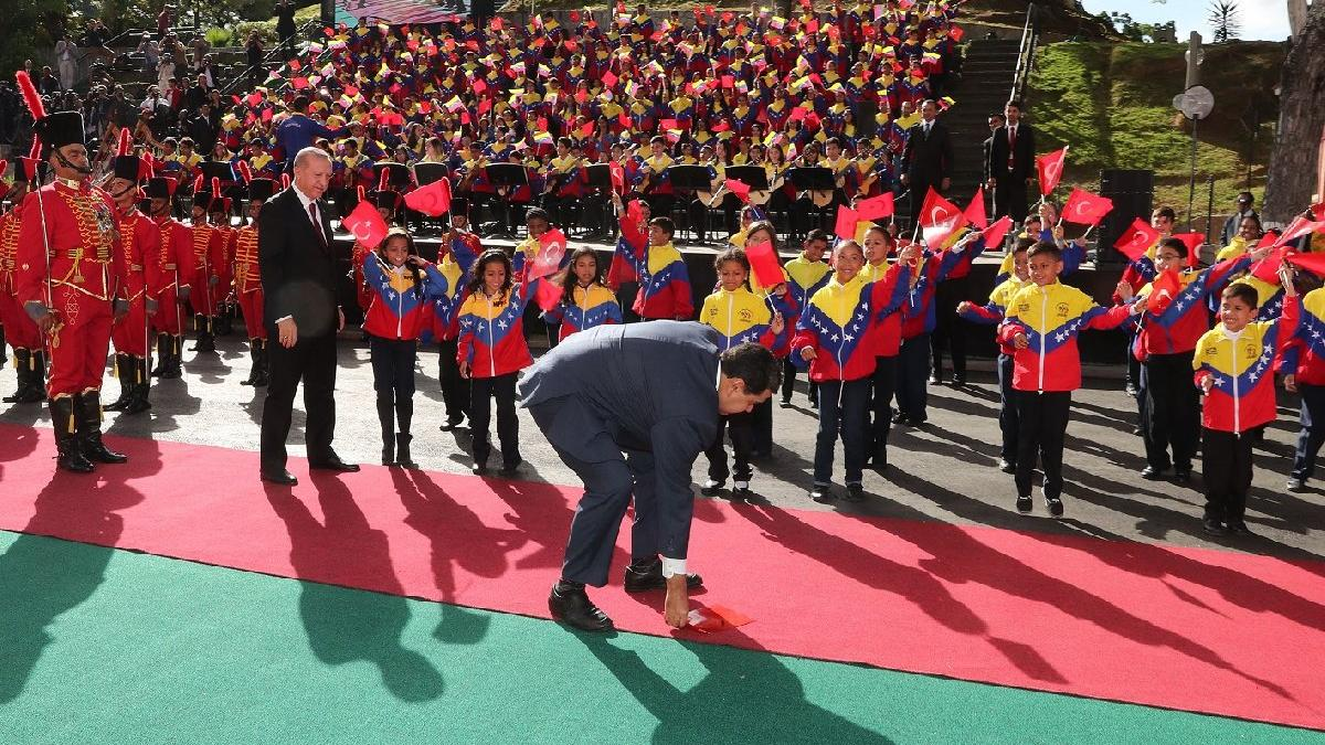 Venezuela ziyaretinde Maduro'dan Erdoğan'a bayrak jesti