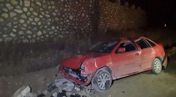 El freni çekilmeyen otomobil uçuruma devrildi: 2 yaralı