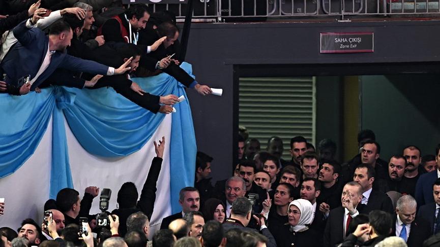 Vatandaşlar Cumhurbaşkanı'na dilekçelerini vermek için yarıştı