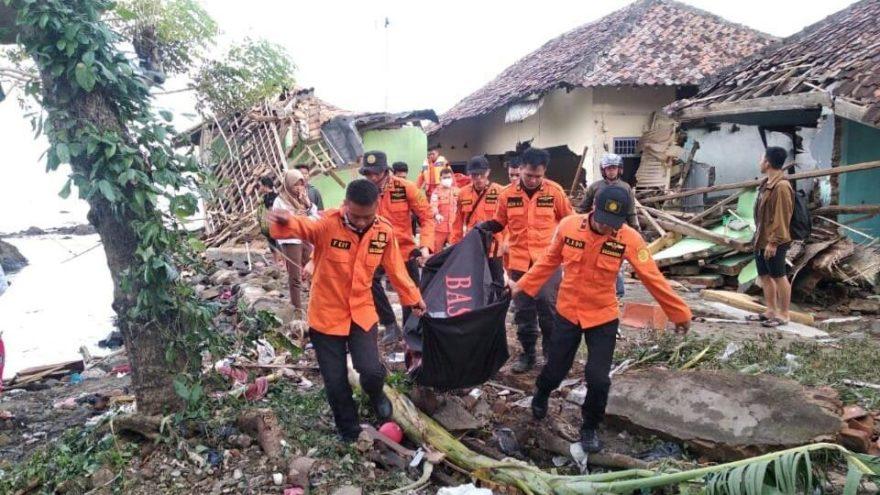 Endonezya'da korku dolu anlar: Tsunami tehlikesi devam ediyor