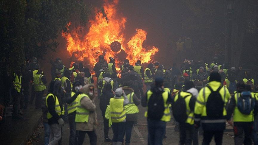 Avrupa yanıyor! Sarı yelekliler yeniden sokaklarda